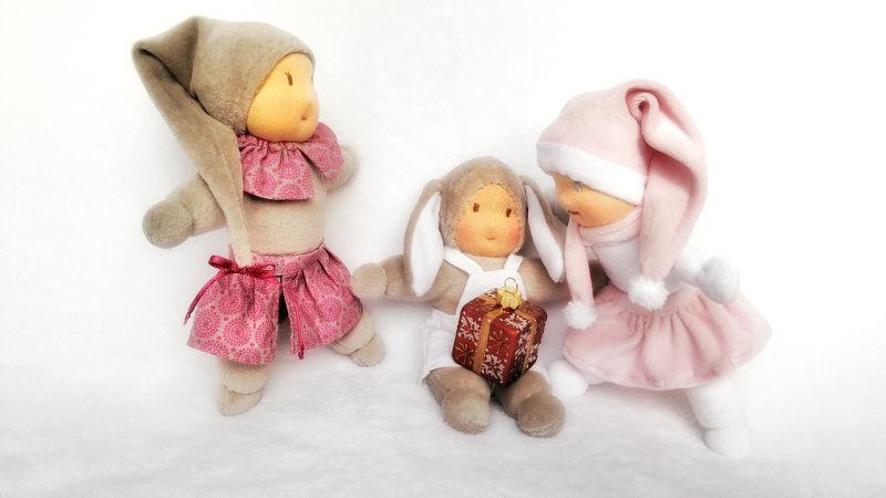 Doudou lapin ouvre son cadeau avec les lutins